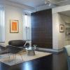 Las obras de arte y las piezas de diseño visten este loft. En la imagen al fondo el famoso sofá Swan de Arne Jacobsen. Foto: © Ty Cole. Cortesía Hangar Design Group.